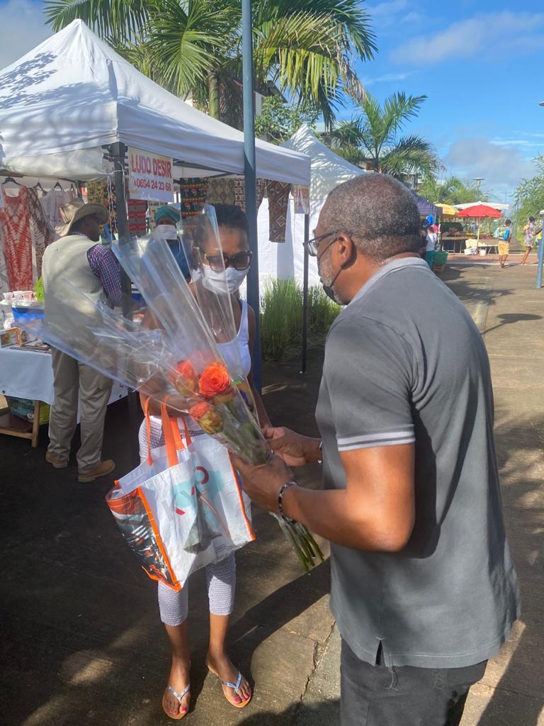 Distribution spéciale pour la fête des mères au Marché de Soula